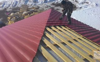 Как произвести укладку металлопрофиля на четырехскатную крышу своими руками: специфика монтажа